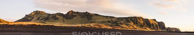 Rocheuses au lever du soleil à Vik, Islande, Europe — Photo de stock