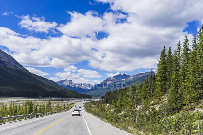 Route panoramique à travers les montagnes dans le parc national Jasper au Canada — Photo de stock