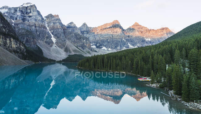 Lake Moraine rocky mountains at sunrise in Canada — Stock Photo