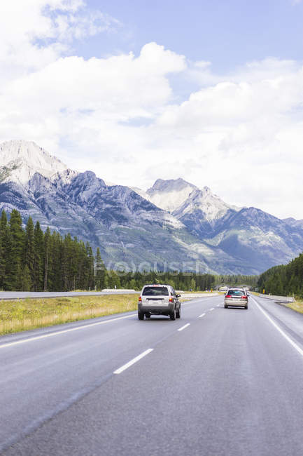 Fahrende Autos auf der Straße durch die kanadischen rockies — Stockfoto