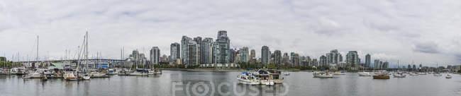 Barcos y horizonte de la ciudad de Vancouver del agua en Canadá - foto de stock