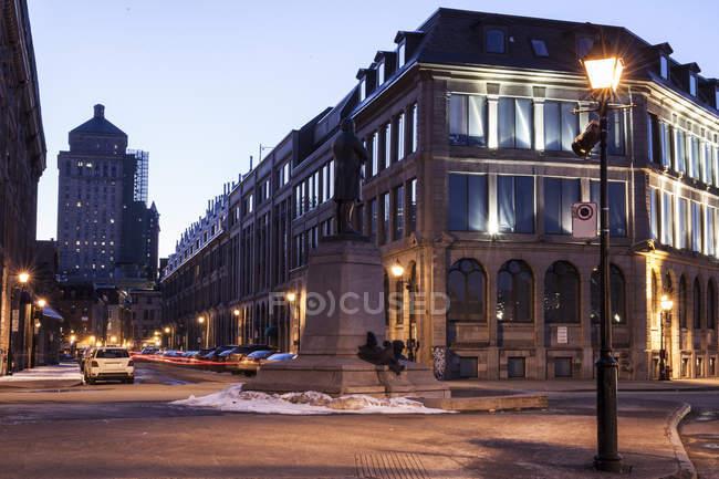 Porto velho de montreal à noite na comuna francesa de la rua com carros e edifícios, Montreal, Quebec, Canadá — Fotografia de Stock
