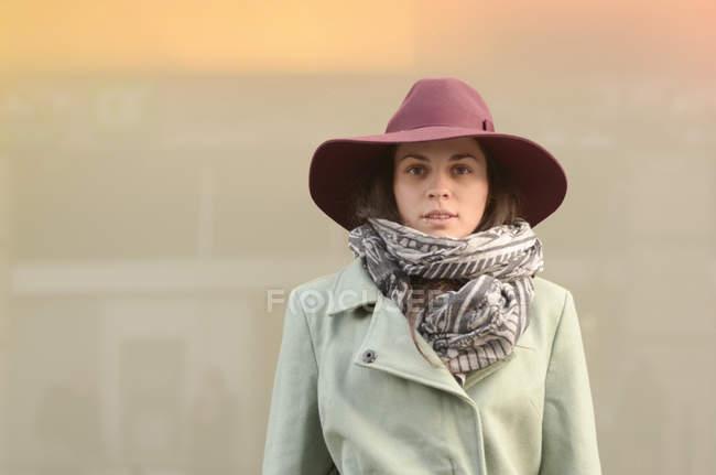 Молодая женщина, одетая на осень, играя в парке — стоковое фото