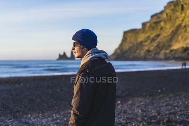 Viajante, apreciando o nascer do sol na praia, Vik, região Sul, Islândia — Fotografia de Stock