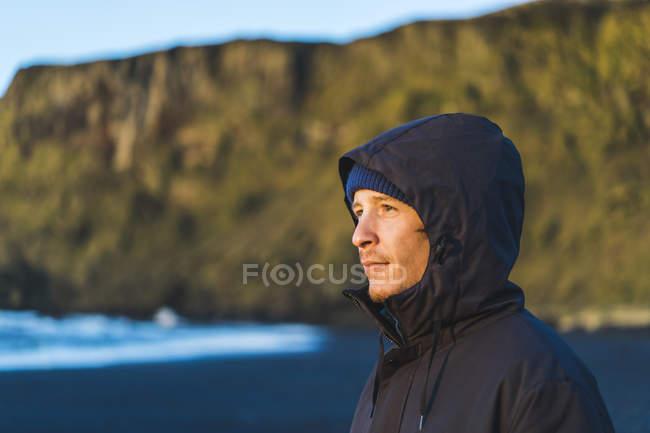 Jovem viajante ver um nascer do sol em Vik, Islândia, Europa — Fotografia de Stock