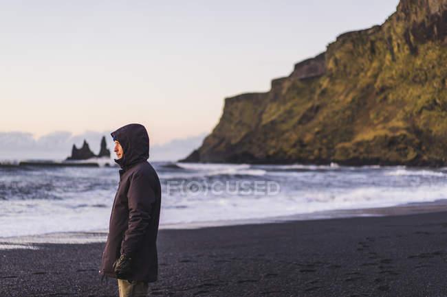 Jovem viajante em pé na praia em Vik, Islândia, Europa — Fotografia de Stock