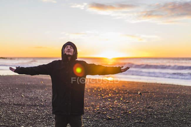 Jovem viajante com os braços esticados, ver um nascer do sol em Vik, Islândia, Europa — Fotografia de Stock