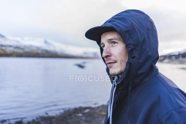 Jeune voyageur debout sur le rivage à Vik, Islande, Europe — Photo de stock