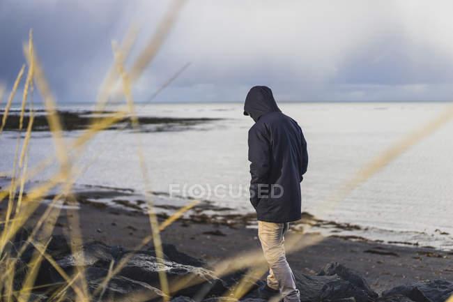 Homme voyageant autour de l'île, Grotta Seltjarnarnes, Islande — Photo de stock