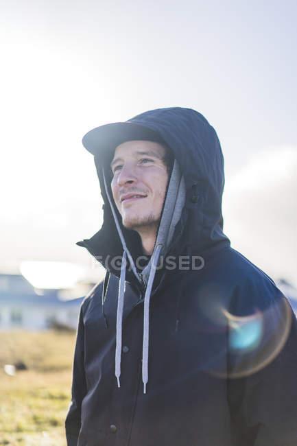 Portrait d'un homme souriant dans les rayons du soleil sur l'île de Grotta, Seltjarnarnes, Islande — Photo de stock
