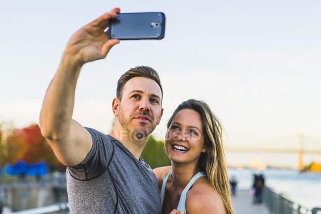 Amis prenant selfie dans le district de port vieux, Montreal, Quebec, Canada — Photo de stock