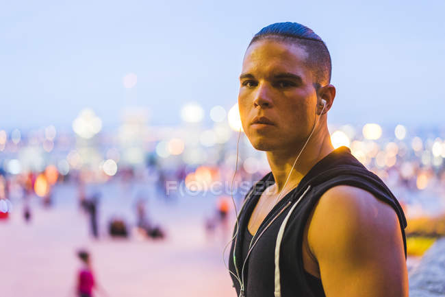 Uomo atletico trasduttori auricolari da portare in scena urbana — Foto stock