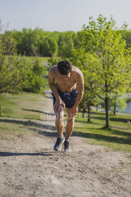 Людина біжить гору над парк краєвид — стокове фото