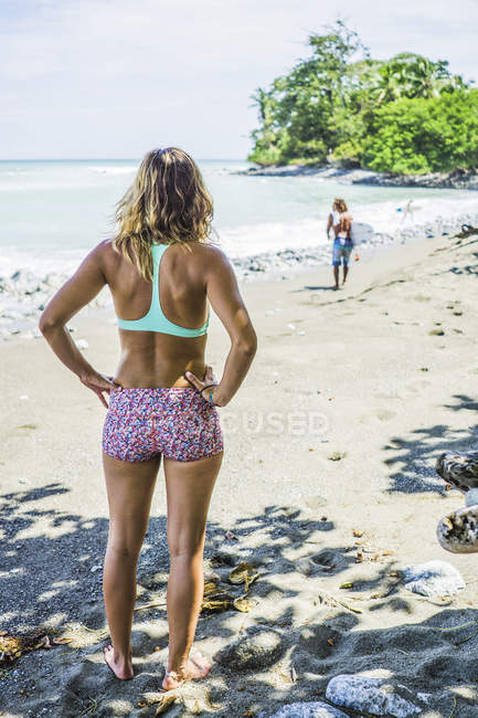 Beautiful woman standing on sandy beach in Costa rica, Central America — Stock Photo