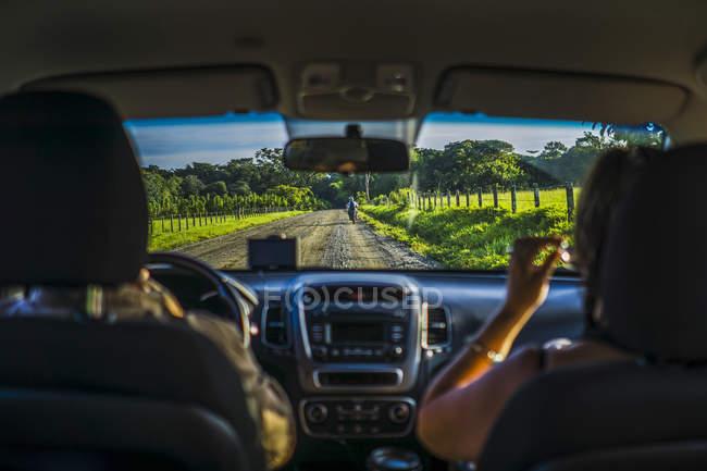 Дорога через хмари освітлена верх автомобілів з заднього виду пасажирів на сидіння — стокове фото