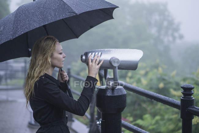 Bella femmina bionda alla scoperta di città alla zona turistica con il binocolo — Foto stock