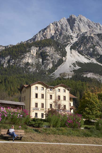 Hotel mit Berggipfel und Touristen in den italienischen Dolomiten, Vodo di Cadore, Italien — Stockfoto