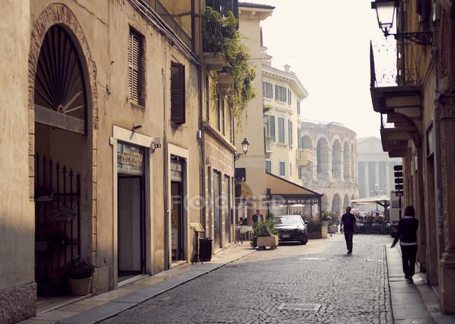 Rua da cidade italiana com Arena para trás, Verona, Itália — Fotografia de Stock