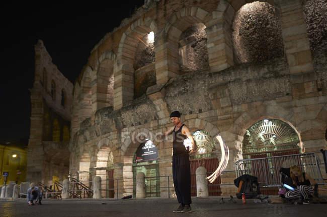 Bailarina de fuego delante de Arena di Verona, Italia - foto de stock
