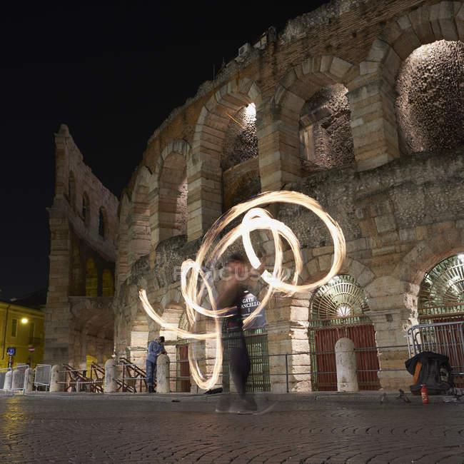 Bailarines de fuego delante de Arena di Verona en la noche, Italia - foto de stock