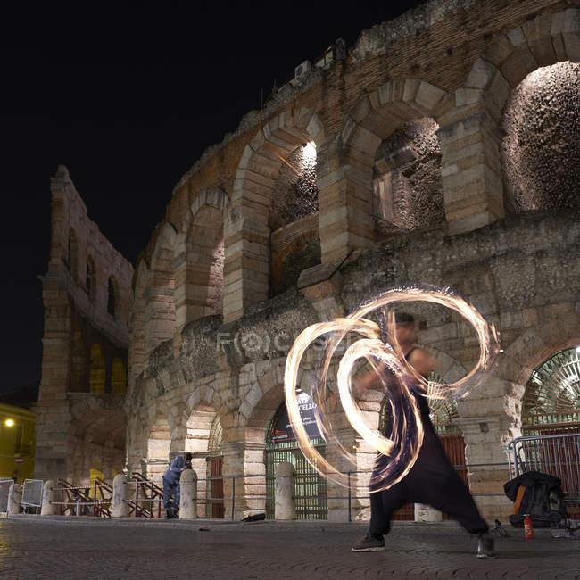 Bailarines de fuego delante de Arena di Verona, Italia - foto de stock
