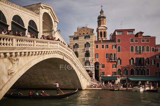 Puente de Ponte Di Rialto sobre el gran canal, Venecia, Italia - foto de stock