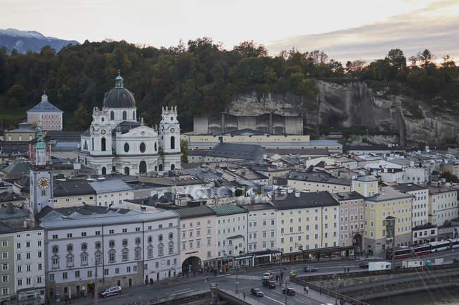 Österreichischen Stadtbild an bewölkten Tag, Salzburg, Österreich — Stockfoto