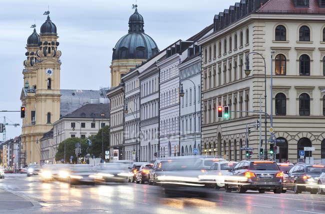 Verkehr der deutschen Stadt mit Odeonsplatz auf Hintergrund, München, Deutschland — Stockfoto