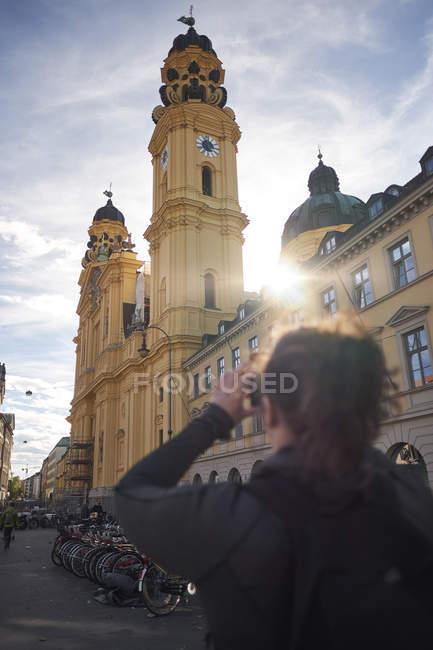 Weiblichen Reisenden unter Bild am Odeonsplatz, München — Stockfoto