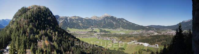 Österreichischen Stadt im Tal mit Bergen um Rütte, Österreich — Stockfoto