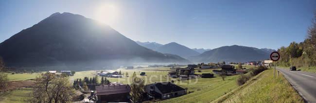 Kleines Dorf in den österreichischen Alpen Morgen, Imst, Österreich — Stockfoto