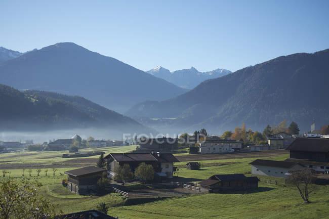 Kleines Dorf in den österreichischen Alpen am Morgen, Imst, Österreich — Stockfoto