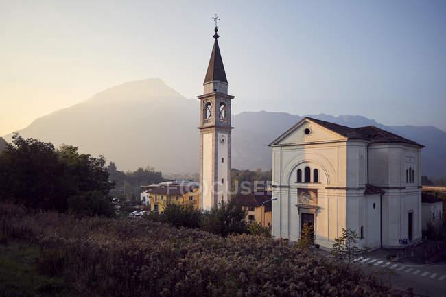Kirche in nördlichen italienisches Dorf während des Sonnenuntergangs, Belluno, Italien — Stockfoto