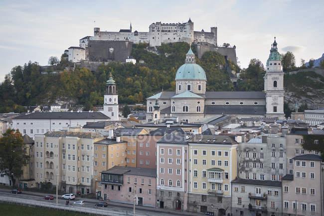 Österreichischen Stadtansicht mit Burg auf Hügel, Salzburg, Österreich — Stockfoto