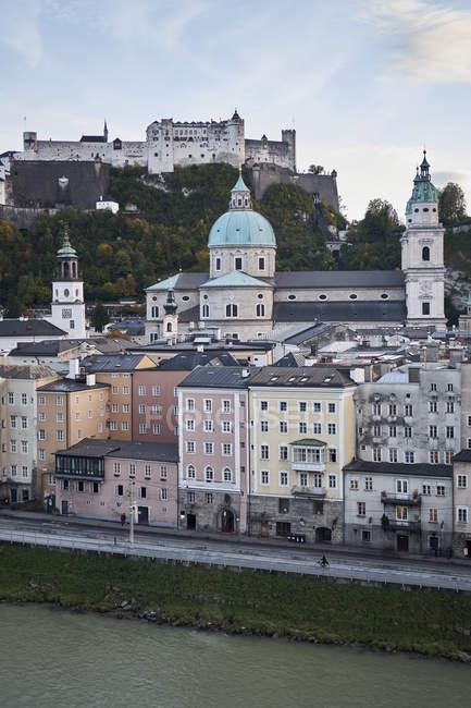 Österreichischen Stadtbild mit Fluss, Salzburg, Österreich — Stockfoto