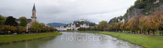 Österreichischen Stadt und Fluss an bewölkten Tag, Salzburg, Österreich — Stockfoto