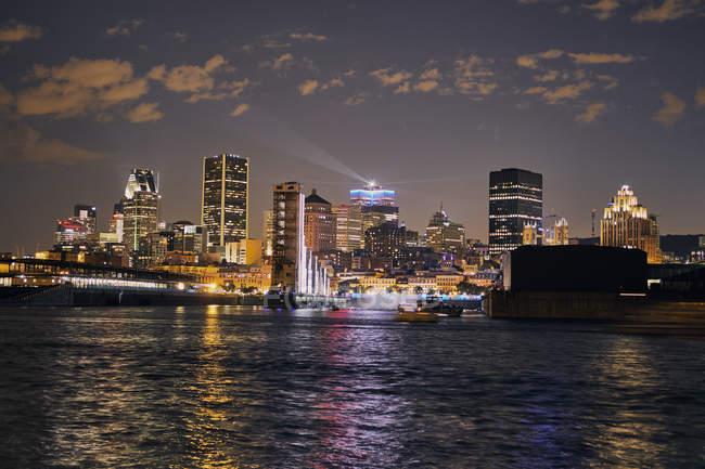 Городской пейзаж освещенной Монреаля в вечерних сумерках — стоковое фото