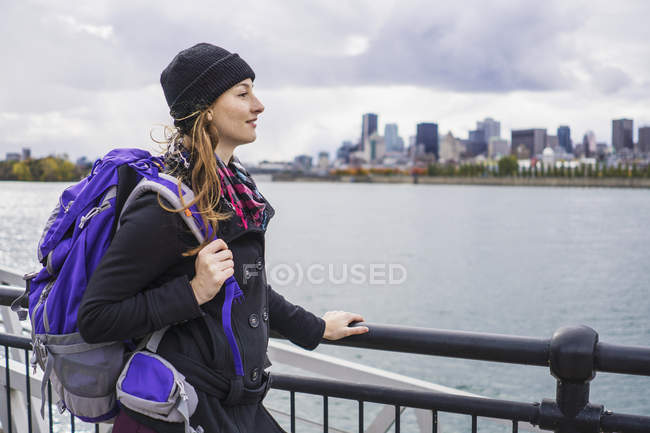 Young woman with backpack in city skyline, Montreal, Quebec, Canada — Stock Photo