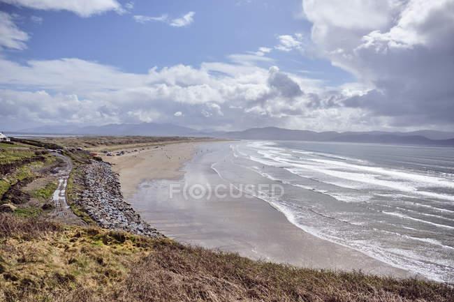 Spiaggia di inch sotto il cielo nuvoloso blu, Contea di Kerry, in Irlanda, Europa — Foto stock