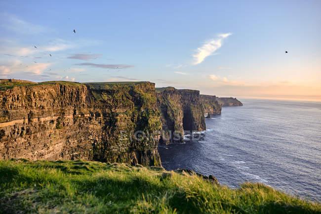 Скалы Мохер вблизи Дулин на закат, графство Клэр, Ирландия, Европа — стоковое фото