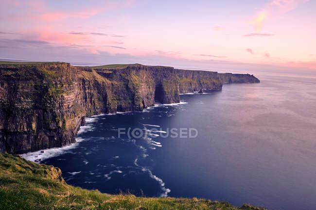 Скалы Мохер с длительной экспозиции в Европе закат, графство Клэр, Ирландия, — стоковое фото