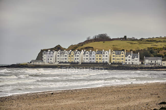 Beach with English seaside cottages, Cushendun, United Kingdom — Stock Photo