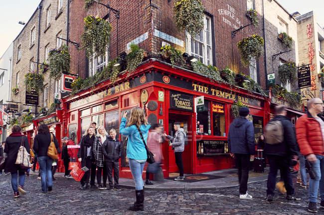 Tourists taking photos outside Temple Bar in Dublin, Ireland — Stock Photo