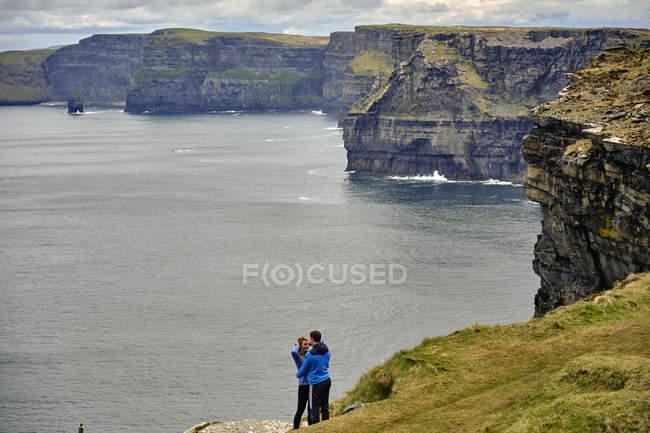 Скалы Мохер с туристами в Европе объятия, графство Клэр, Ирландия, — стоковое фото