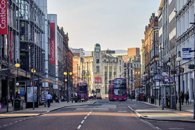 Rua Doneal, na frente do centro de corte castelo Belfast, Irlanda do Norte, Reino Unido — Fotografia de Stock
