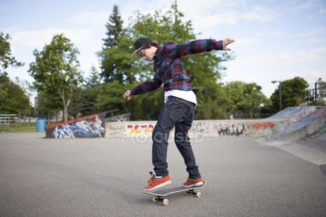 Skateboarder skateboarding during daytime in skate park — Stock Photo