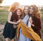 Mujeres de pie y sonriendo a cámara - foto de stock