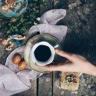 Weibliche Hand halten Kaffee — Stockfoto