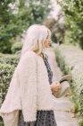 Жінка, стоячи в сільській місцевості — стокове фото