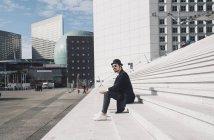 Uomo seduto sulle scale — Foto stock